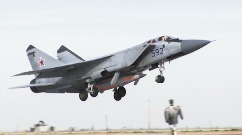 俄羅斯北方艦隊軍演,米格-31戰鬥機順利升到最大飛行高度1.7萬公尺。(美聯社)