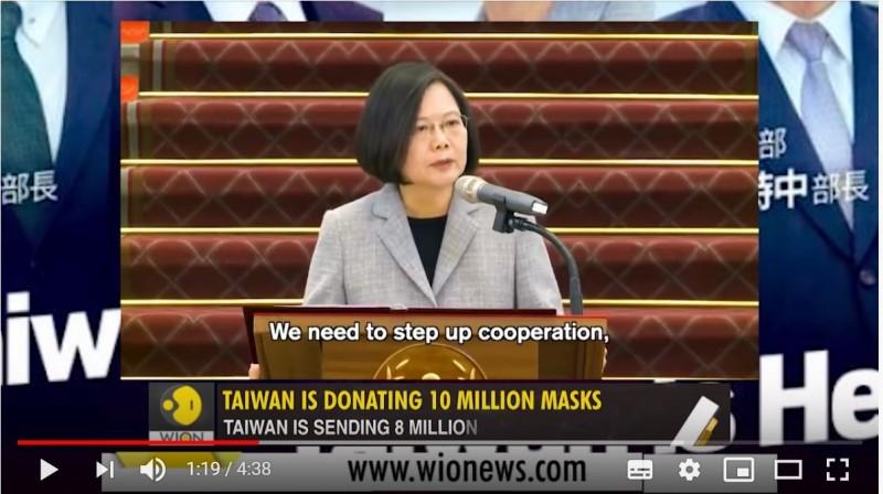 總統蔡英文宣布,台灣將捐贈1000萬片口罩支援疫情嚴重國家的醫療人員,獲得世界掌聲與讚美。印度電視媒體播出專題報導,讚揚國際甚至是WHO都難以忽略台灣,更批評中國發布疫情假消息,也對世衛提出質疑。(圖取自WION NEWS Youtube)