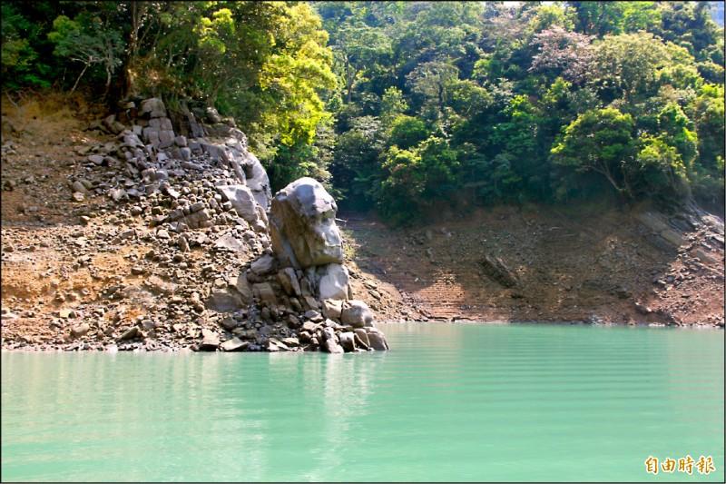 石門水庫目前水位約二二八公尺,水情指標「酋長石」露出水面。 (記者許倬勛攝)