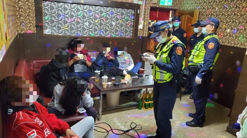 台東警分局針對轄內特種行業擴大臨檢,並宣導防疫。(記者黃明堂翻攝)
