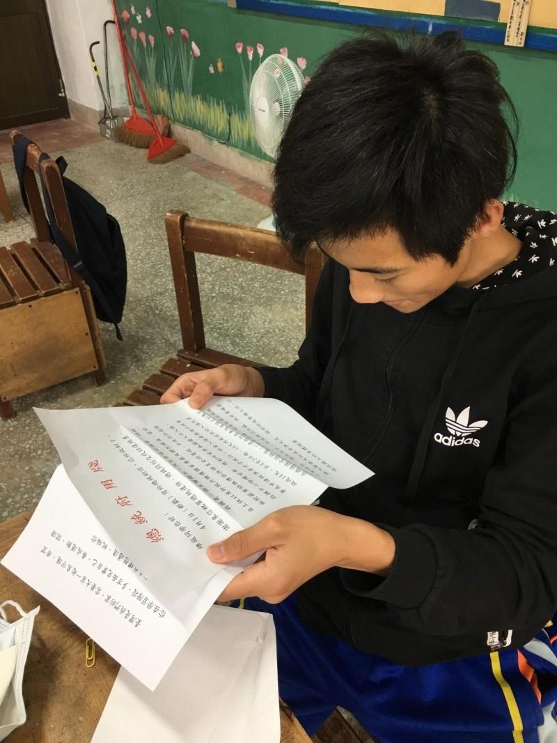 「總統府真的回信了」!玉東國中學生謝維庭手捧上有「總統府用牋」朱字的總統府回信,認真閱讀的樣子,顯得開心又有自信,老師看了也很感動。(李慰萱提供)