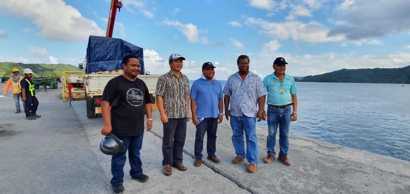 我國協助太平洋友邦帛琉呼吸器和生物安全櫃等醫療物資的漁船已在凌晨運抵帛琉。對此,帛琉駐聯合國常任大使鄔露彤(Ngedikes Olai Uludong)在推特上發文再次感謝台灣。(翻攝自Twitter)