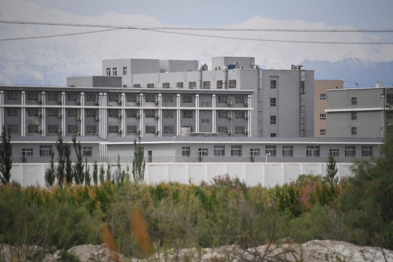 紀錄片《中國臥底》表示,這類的「再教育營」大約有1200座位在新疆各地,至少關押了100萬名維吾爾人,但獨立研究人士所統計的數字卻遠不僅止100萬人。圖為再教育營。(法新社)