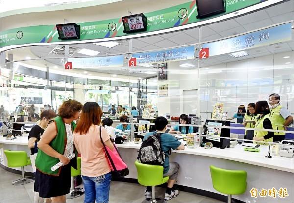 未戴口罩進郵局,最快下週開罰3千至1萬5。照中人物與本新聞無關。(資料照)