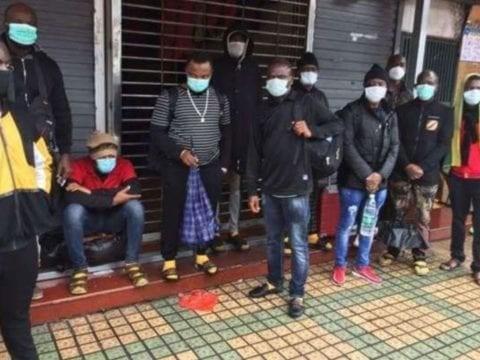 中國當局將矛頭指向當地非洲人,認為他們是病毒感染源,要求他們離開租屋處或酒店,甚至禁止他們進入公共場所,導致非洲人流落街頭。(圖擷取自推特)