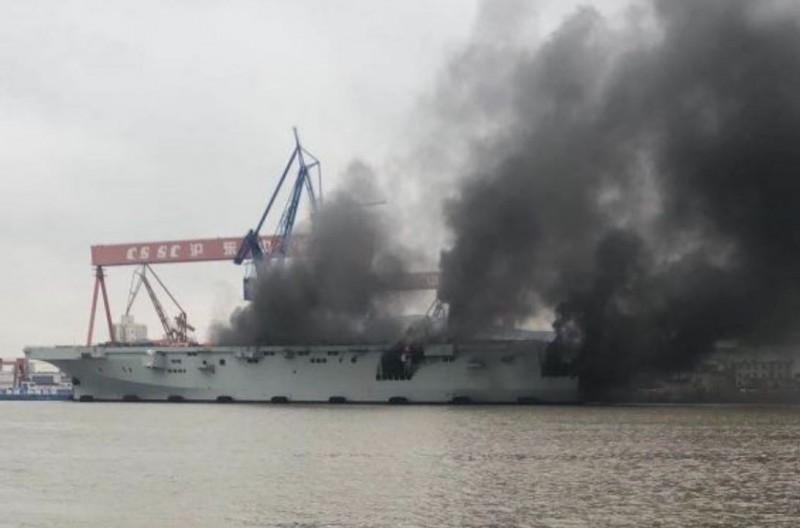 中國解放軍首艘075型兩棲攻擊艦,(11日)突然傳出船艦起火的意外,現場燒得濃煙沖天。(圖擷自百度貼吧)