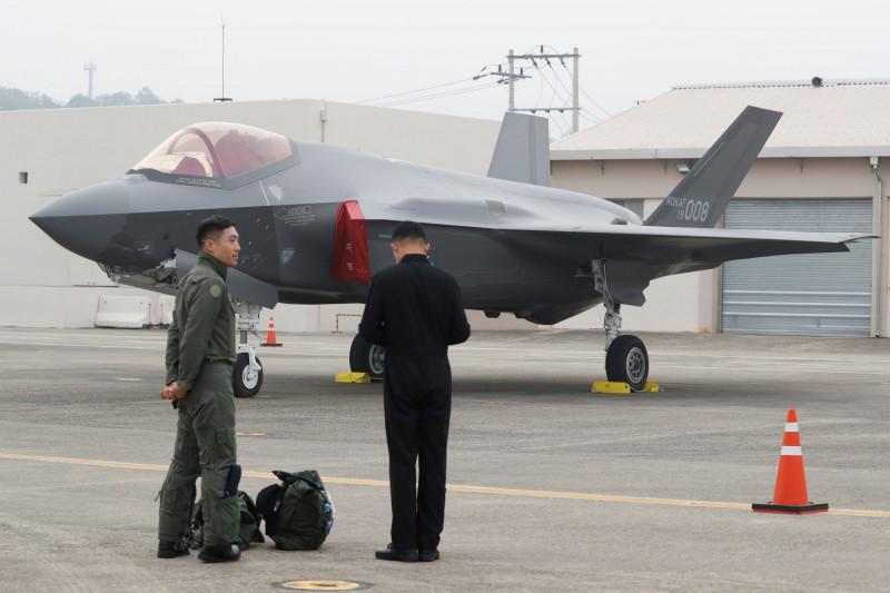 美國發布一項潛在的對韓軍售案,向韓國空軍F-35戰鬥機的引擎、武器等設備提供後續支援與服務,價格在6.75億美元左右(約新台幣202億元)。圖為韓國空軍的F-35與飛行員。(路透)