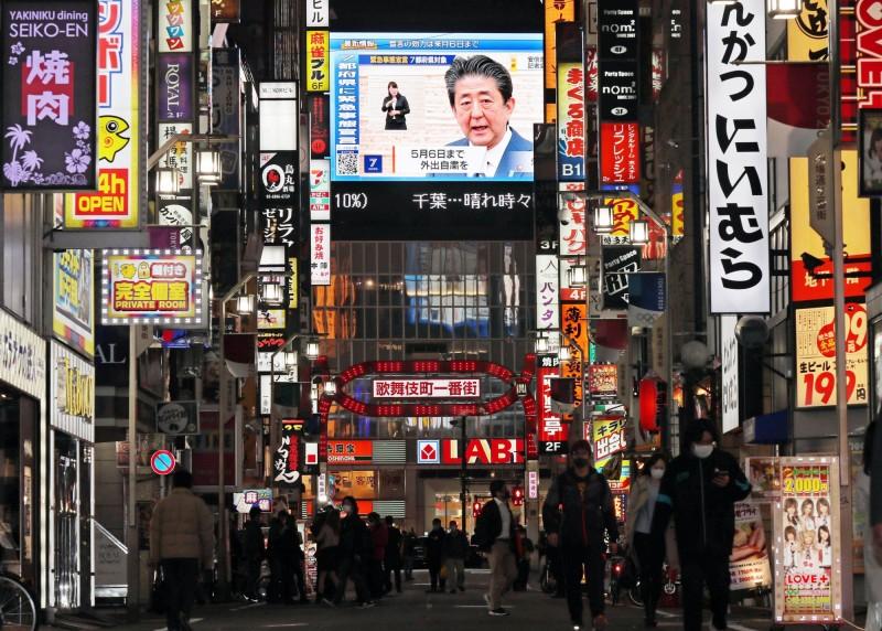 日本首相安倍晉三今日呼籲民眾,晚上不要前往人潮眾多的娛樂、聲色場所消費,也盡量避免出入美食街用餐。(歐新社)