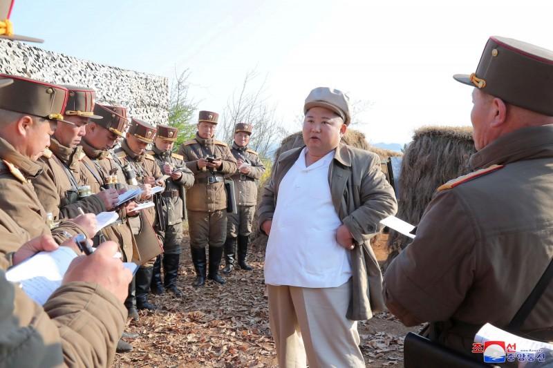 北韓官媒首次未報導原訂4月10日舉行的最高人民會議結果,南韓方面猜測可能是由於武漢肺炎疫情的關係,導致延期或停開的狀況出現。圖為近日視察軍隊的金正恩。(路透)