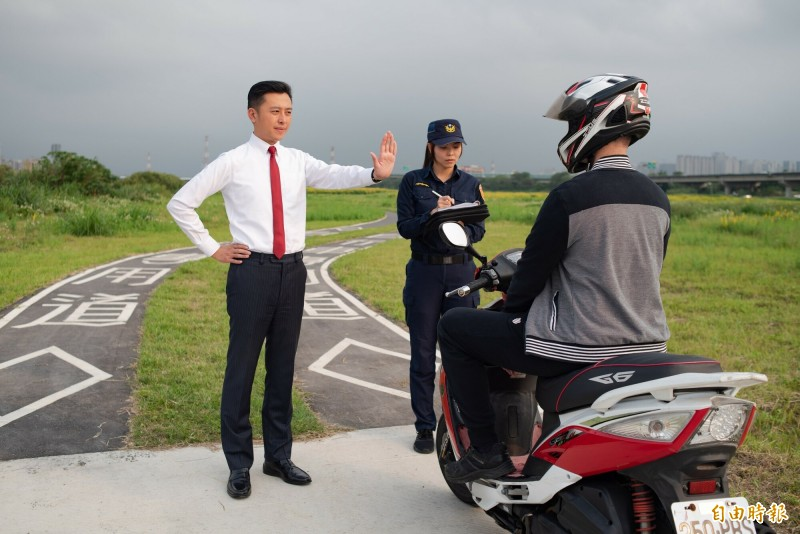 新竹市警察局成立水藍色的「水岸巡邏隊」,駐守在新竹左岸,勸導取締違規誤闖入自行車道的機車,也提醒機車騎士注意。(記者洪美秀攝)