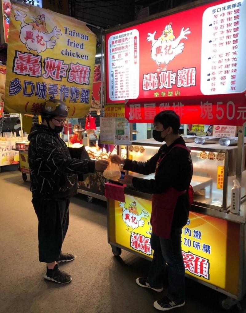 樂華夜市攤商上月底更開始共同聘一位專屬外送員,讓消費者透過LINE或電話訂餐,一次訂足樂華各攤美食,外送費只要30元。(記者陳心瑜翻攝)