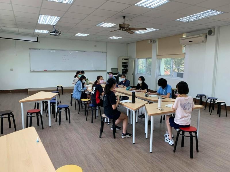 台南女中3年級學生戴口罩並保持社交距離,演練大學申請入學醫學系PBL面試練習。(李宜芳提供)