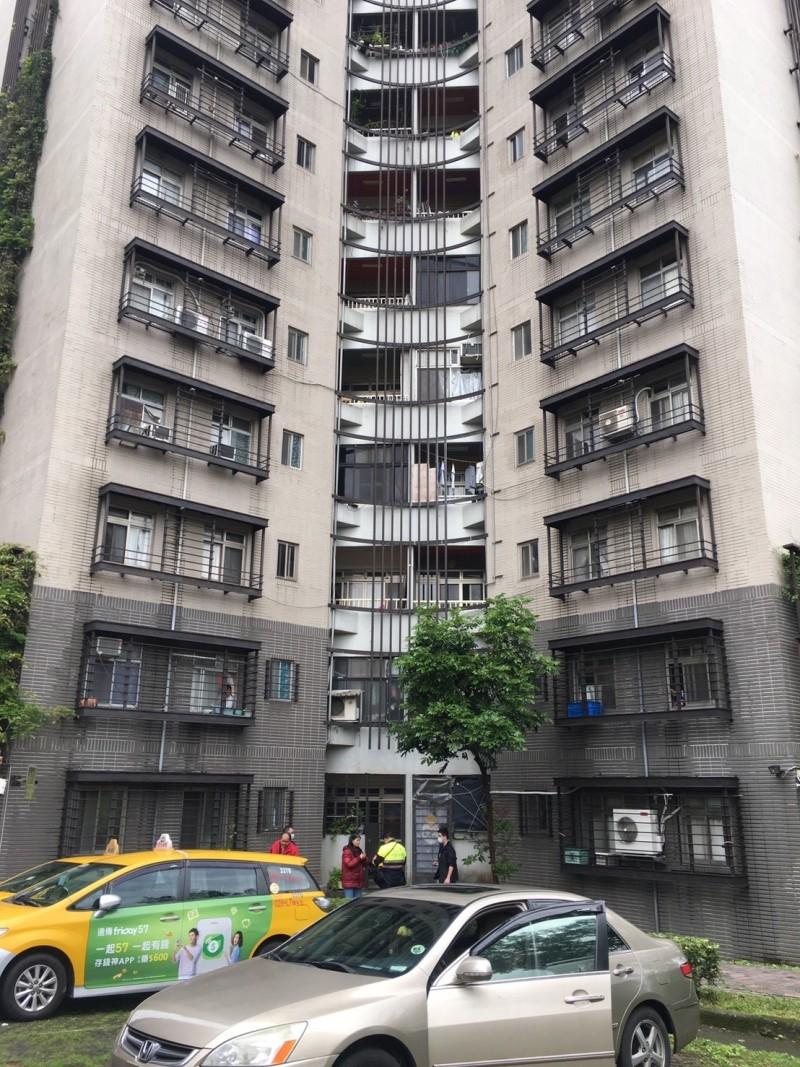 北市15歲國中生疑與母口角,從住家7樓墜落送醫搶救中。(記者姚岳宏翻攝)
