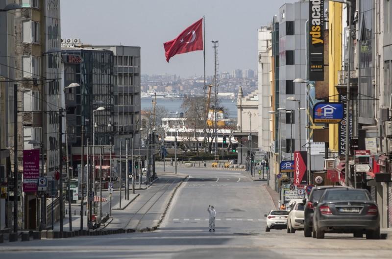 中國贈給亞美尼亞的醫療物資外包裝上,拿土耳其第一高峰亞拉拉特山傳達政治訊息,引發土耳其不滿。圖為土耳其國旗。(歐新社檔案照)
