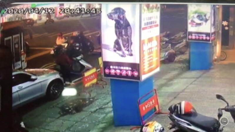 監視器畫面中,穿淺色衣物的張女騎車停在公車前約兩到三公尺距離。(民眾提供)