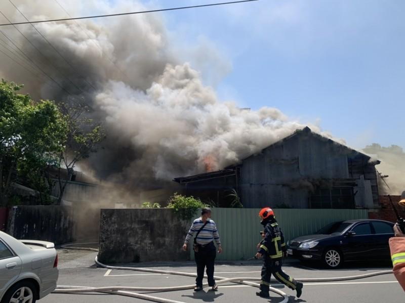 東勢區第六橫街木造的警察宿舍起火。(記者歐素美翻攝)