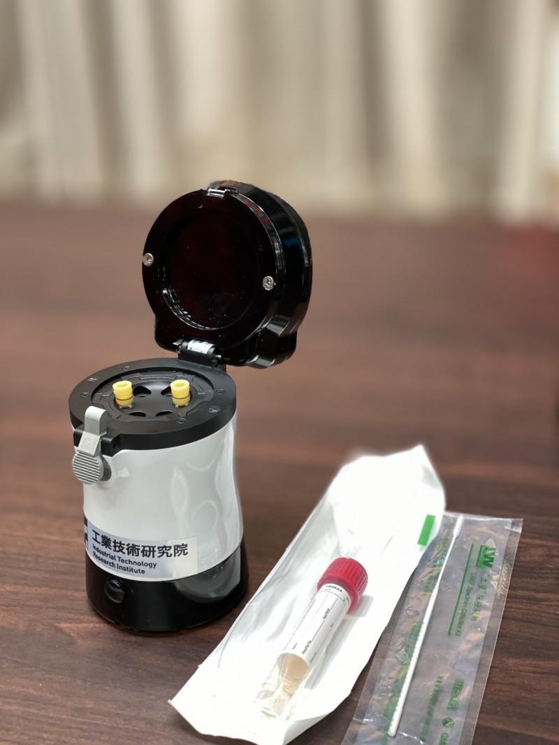 由經濟部工研院開發的「快篩檢測儀」已經完成,可透過「核酸分子檢測」在1小時內進行武漢肺炎快篩。(行政院提供)