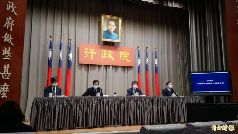 衛福部長陳時中(右2)今日在行政院「醫藥防疫科技研發」記者會強調,台灣有一定競爭優勢,可看出看到台灣強的地方,在各種藥品不會那麼草率,要讓台灣的品牌要持續發光發熱。(記者陳鈺馥攝)