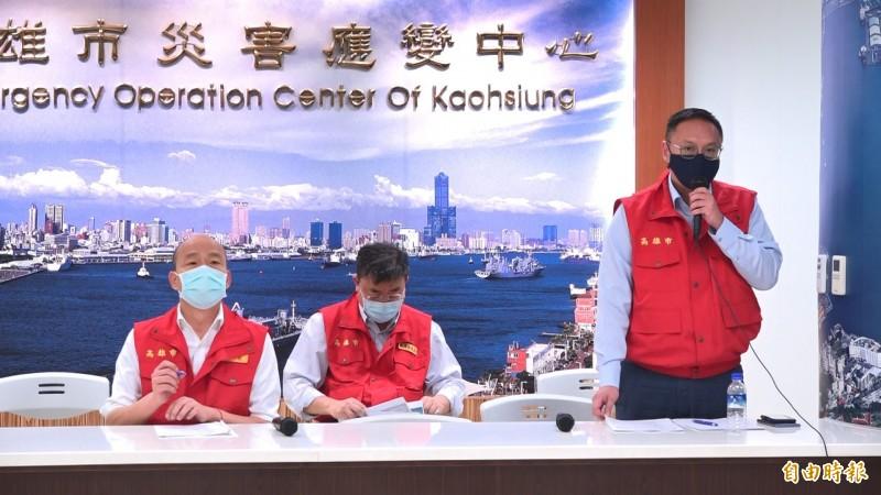 高雄市長韓國瑜(左1)今主持防疫會議後宣布八大行業將採「實名制」消費。(記者李惠洲攝)