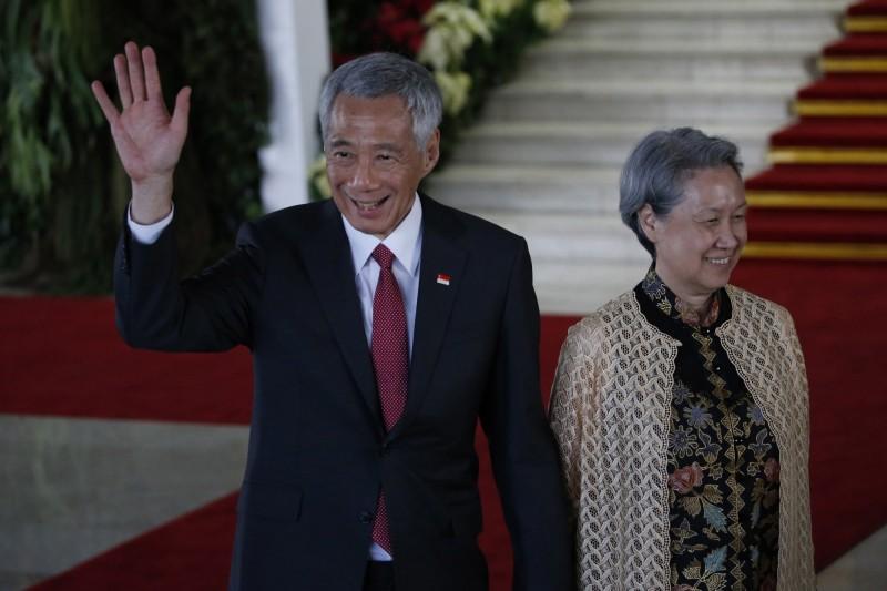 新加坡總理李顯龍(左)的夫人何晶(右)對於台灣捐贈口罩的新聞,在臉書留下謎樣一句「呃......」後,引爆台灣網友怒火;13日她已經更新貼文,感謝所有台灣友人。(路透檔案照)