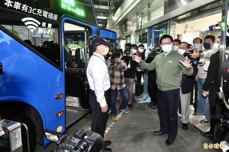 交通部長林佳龍今日至台北市府轉運站訪視國道客運業者營運受疫情影響情形。(記者塗建榮攝)