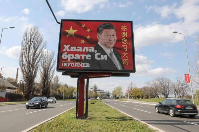 中國政府趁全球抗疫期間「大外宣」,塞爾維亞一處道路上竟出現感謝中國國家主席習近平的宣傳標語。(路透)