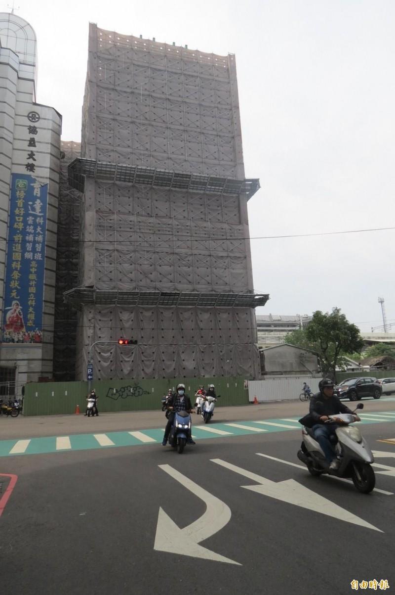 台中卡關13年的大智路貫通工程目前加緊拆險矗立路口的「大智慧學苑」大樓,拚8月通車,讓車流往來前後站不必再繞道。(記者蘇孟娟攝)