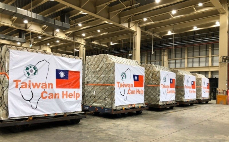 台灣將啟動第二波國際援助行動,援贈多國共6百萬片醫療口罩一同抗疫。圖為第一波口罩輸運情形。(外交部提供)