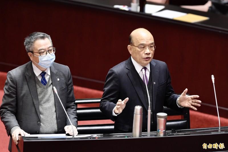 行政院長蘇貞昌14日出席立法院施政總質詢,左為衛福部次長何啟功。(記者叢昌瑾攝)