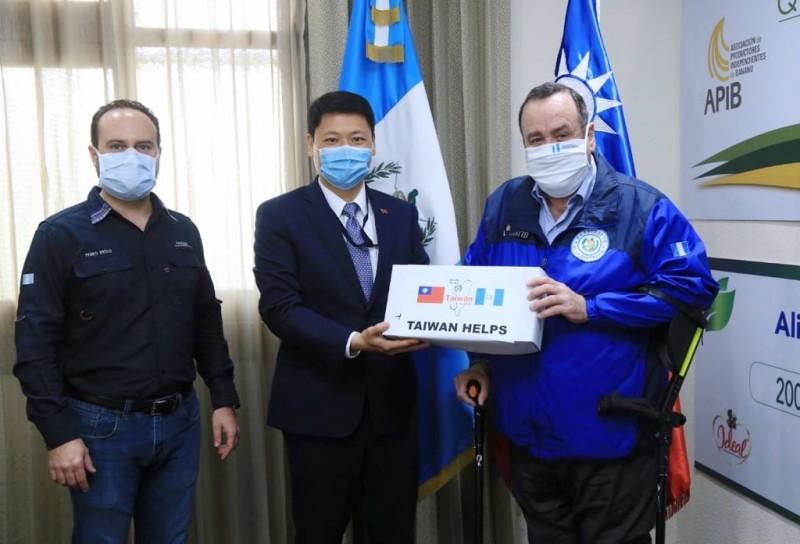 瓜地馬拉總統賈麥岱在推特感謝台灣捐助18萬片口罩。(圖擷自賈麥岱推特)