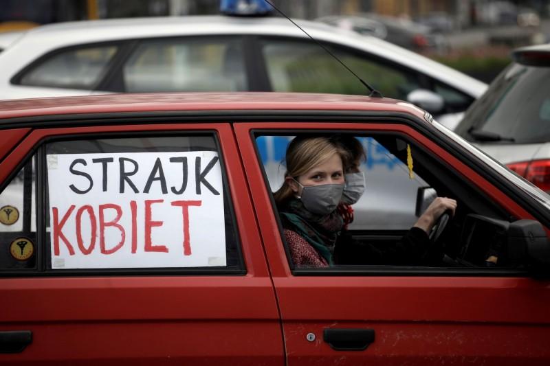波蘭婦女開車上街,並在車窗貼上抗議布條,表達對議會墮胎規範的反對。(路透)