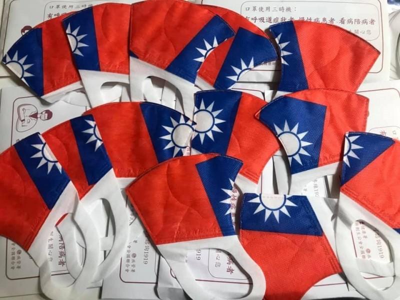 有網友拿到「國旗限定版」口罩在臉書社團徵求交換,照片一PO出也引發眾人熱烈討論。(圖擷取自臉書《口罩 醫療口罩 台灣製造口罩 酒精75% 防疫商品 口罩現貨即時資訊》)