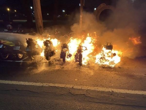 高市鳳山區中山公園前天傍晚驚傳火警,大火延燒致8台機車燒毀。(記者陳文嬋翻攝)
