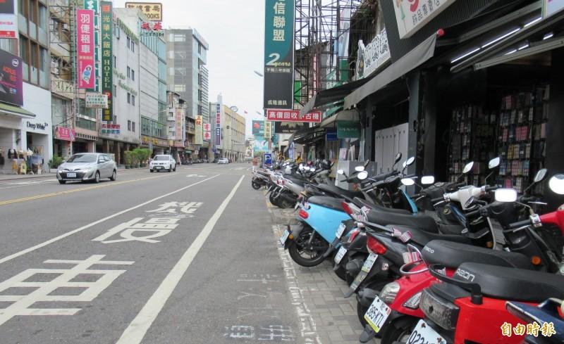 台南火車站前北門路段,一側畫紅線禁止臨停,另一側則畫設機車格位。(記者洪瑞琴翻攝)
