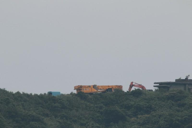 海軍機動雷達通訊車,在蘇澳執行戰術移動時翻落10公尺深邊坡,今天委託民間吊車拖吊。(圖由讀者提供)
