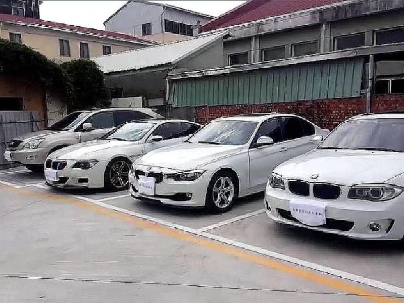 刑事局偵二隊破獲車貸詐騙犯罪集團,逮捕27人並查扣多輛雙B名車。(記者黃佳琳翻攝)