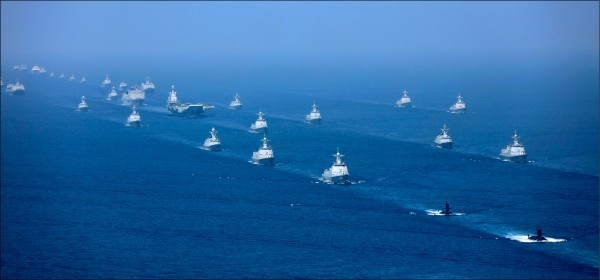 中國國台辦旗下官媒重申對台動武的6項條件。圖為中國解放軍2018年4月12日於南海出動48艘軍艦進行大規模閱兵。(美聯社)