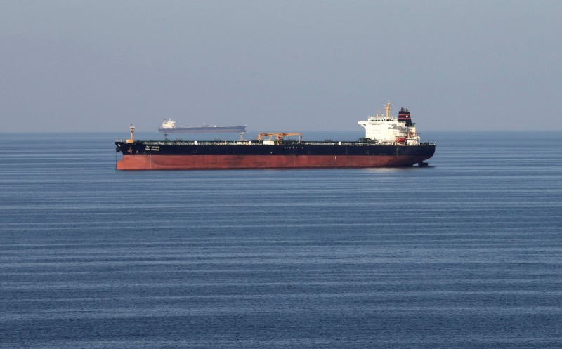 全球五分之一的原油輪都經過荷莫茲海峽運輸,近日美國和伊朗關係持續惡劣,部分油輪也在兩國緊張情勢中成為目標。圖片為一油輪行經荷莫茲海峽。(路透)