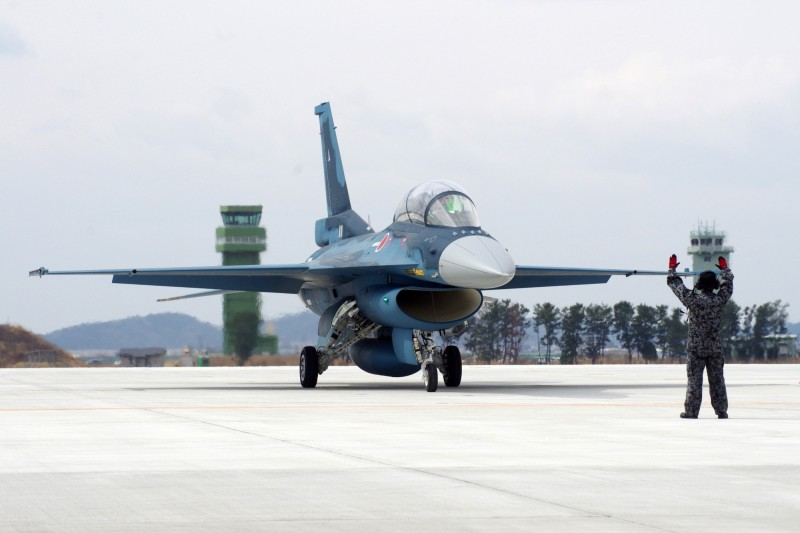 日本政府為提升空軍實力,計畫研發第五代匿蹤戰機作為現役主力「F-2戰機」(見圖)的後續機種;不過近期傳出由於五代匿蹤戰機的單價過高,日本政府想透過海外出口來「以量制價」。(歐新社)