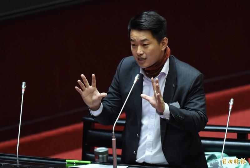 台灣基進立委陳柏惟(見圖)今天下午澄清,改名是台灣的自由、斷航是中國的手段,如果改名會造成斷航,他主張還是要改要斷就斷,但不是他主張華航斷航,對於受訪被誤解感到無奈。(資料照,記者劉信德攝)