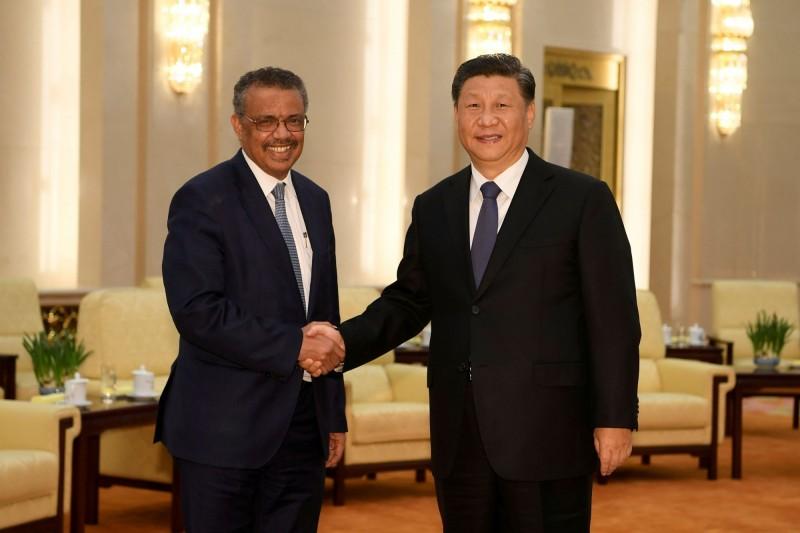 美國白宮發起連署,要求將世衛與中國共產黨政府移送國際法庭審判。圖為世衛秘書長譚德塞(左)與中國領導人習近平(右)。(路透)