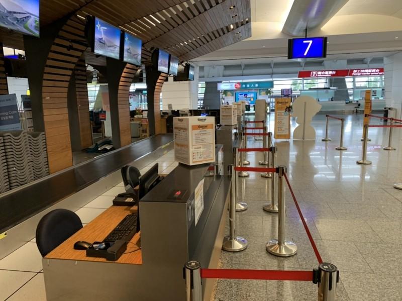 桃機公司預計將在近期關閉部分登機口,圖為航空公司為維持安全社交距離,在報到櫃台設立的限制。(台灣虎航提供)