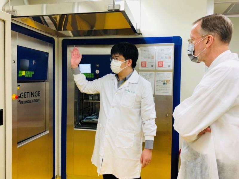 美國在台協會(AIT)處長酈英傑15日拜訪「高端疫苗」,了解該公司與美國國衛院的研發合作案,同日也拜訪台灣國衛院,參觀快篩試劑技術。(取自AIT臉書)