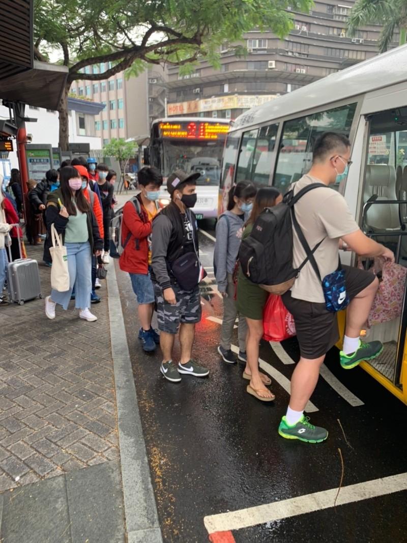 大台南公車今天起強制實施戴口罩,乘客配合上公車。(記者洪瑞琴翻攝)