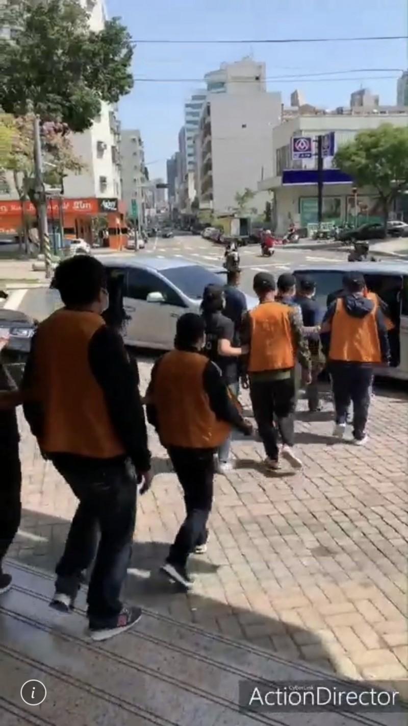 警方昨晚速逮陳姓角頭等共6人,今天訊後依妨害自由等罪嫌送辦。(記者許國楨翻攝)