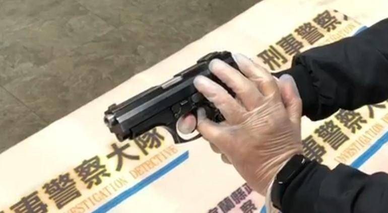 警方模擬當時緊急情況,偵查佐詹佳翰機警將左手小拇指深入護弓,阻止謝嫌案扣板機,最後順利奪槍逮捕。(記者張議晨翻攝)