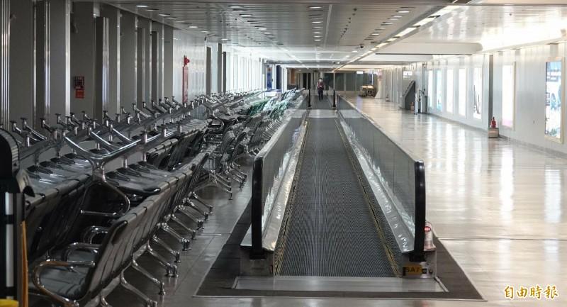 桃園機場現在每天旅客不到千人,以往人潮絡繹不絕,現在空蕩蕩,衝擊廠商經營。(記者姚介修攝)