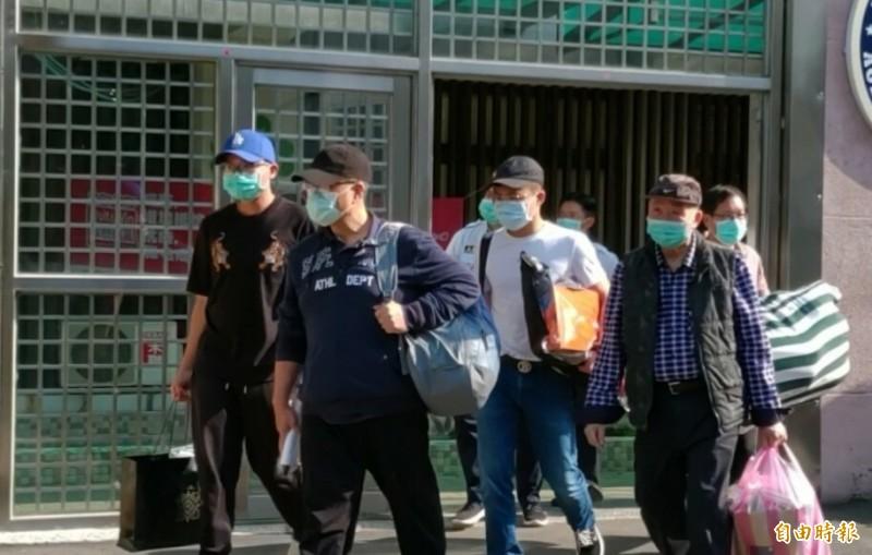 林益世(左2)結束1年7月的監獄生活,今天下午3點40分假釋出監。(記者鄭淑婷攝)