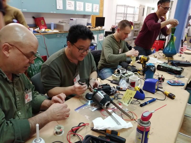 送來維修咖啡館維修的物件五花八門,挑戰志工們的耐心與技術。((李青提供)
