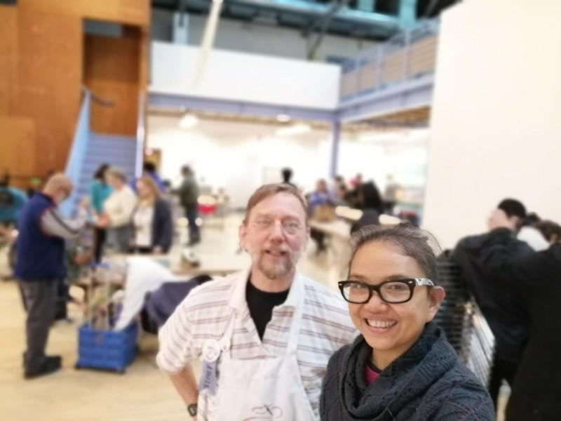 李青(圖前)在美國加州與友人共同創辦PASADENA維修咖啡館。((李青提供)